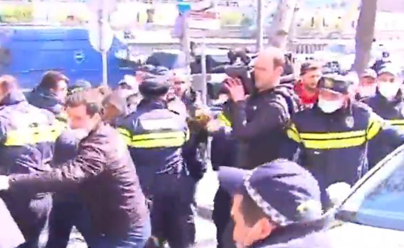 """აქცია """"ქართული ოცნების"""" ოფისთან - პოლიციამ 6 აქტივისტი დააკავა"""