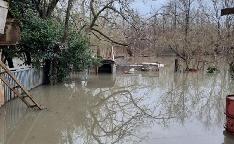 წყლით სავსე სახლები და ბულვარი - ანაკლია დაიტბორა, მოსახლეობა დახმარებას ითხოვს (ფოტოები)