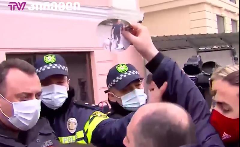 """ხმაური """"ოცნების"""" ოფისთან - პოლიციამ  აქტივისტები დააკავა"""