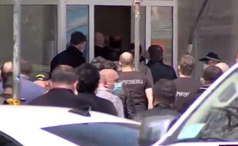 """პოლიცია ,,საქართველოს ბანკში"""" შევიდა"""