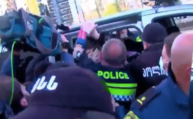 """""""აქციაზე დაკავებისას  ქალს პოლიციამ ჰკითხა: """"მოგეფერო და დაგამშვიდო?"""" - აქტივისტები"""