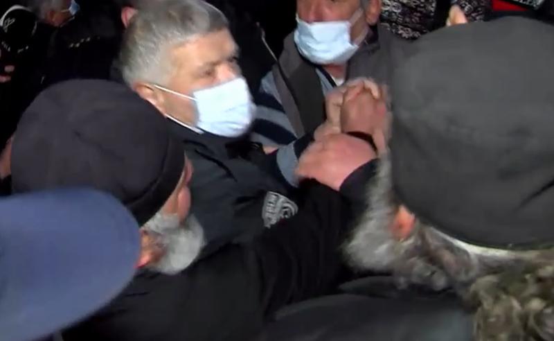 ხელჩართული ჩხუბი ამბიონზე - ეკლესიაში პოლიციაა მობილიზებული (ვიდეო)