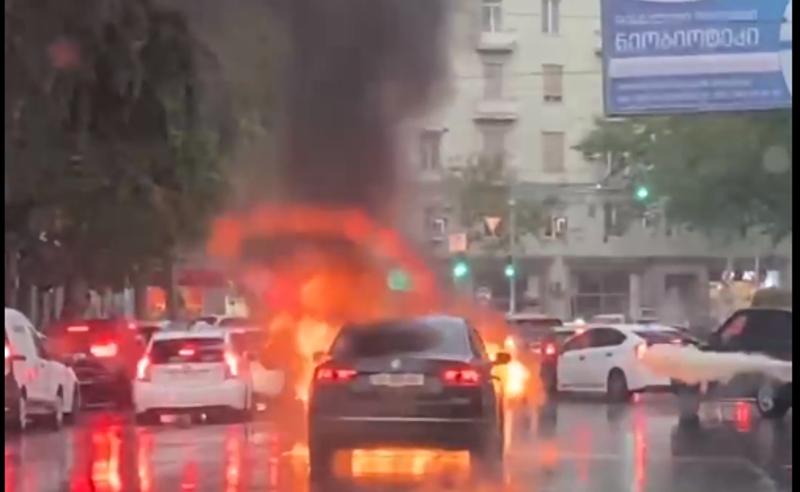 ყაზბეგის გამზირზე მანქანას ცეცხლი გაუჩნდა