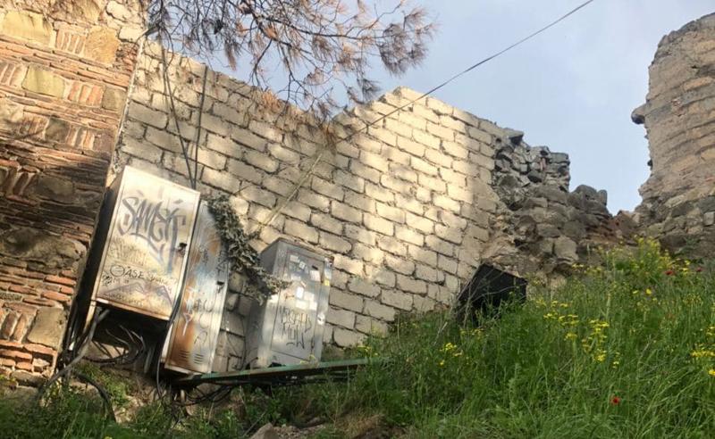 ნარიყალას ციხის კედელი პემზის ბლოკით ამოავსეს