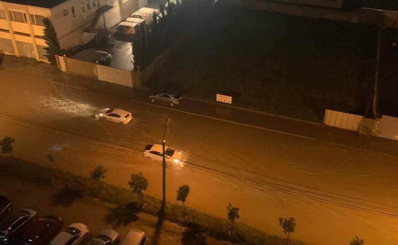 წყლით სავსე ქუჩები და დაზიანებული ავტომობილები - წყალდიდობა დიდ დიღომში (კადრები ადგილიდან)