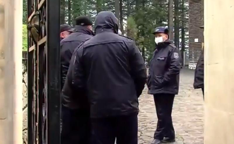მეუფის ძმის ბრძანებით, დედათა მონასტერში პოლიცია მონაზვნებს არ უშვებს
