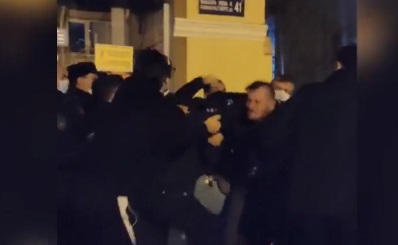 """შტურმი """"სირცხვილიას"""" ბათუმის  ოფისზე - პოლიციამ აქტივისტები დააკავა"""