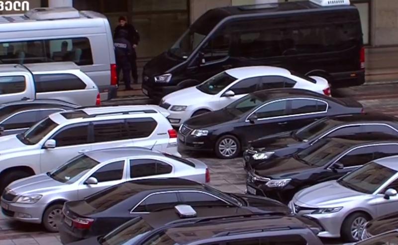 ძვირადღირებული მანქანები სახელმწიფო უწყებებში - ექსპერტები არამიზნობრივ ხარჯვაზე საუბრობენ