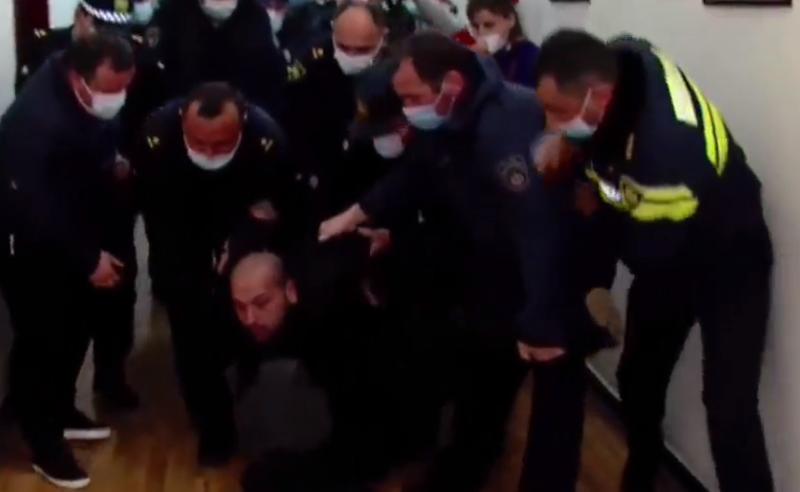 დაპირისპირება ქუთაისის მერიაში -  სამართალდამცველებმა ჟურნალისტი  დააკავეს