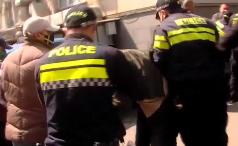 გავრცელებული ინფორმაციით,  აქციაზე დაკავებული ხელბორკილიანი აქტივისტი პოლიციას გაექცა