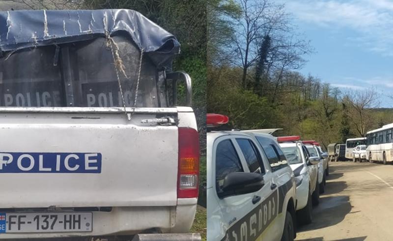წყლის ჭავლის მანქანები და რკინის ბარიკადებით გაყოფილი სოფელი - რა ხდება რიონის ხეობაში