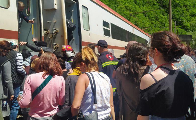 ხარაგაულში მატარებელი გამოჩნდა - ხუთსაათიანი ლოდინის შემდეგ მგზავრები ზუგდიდისკენ დაიძრნენ