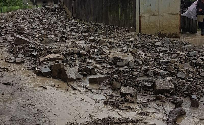 ატენში ძლიერი წვიმის შედეგად კლდე ჩამოიშალა