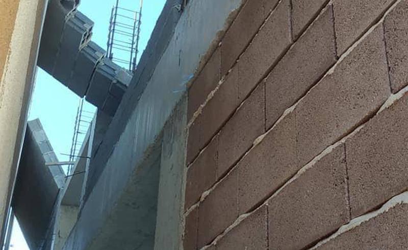 ძლიერი ქარი თბილისში - დიდ დიღომში მშენებარე კორპუსის კედელი წაიქცა