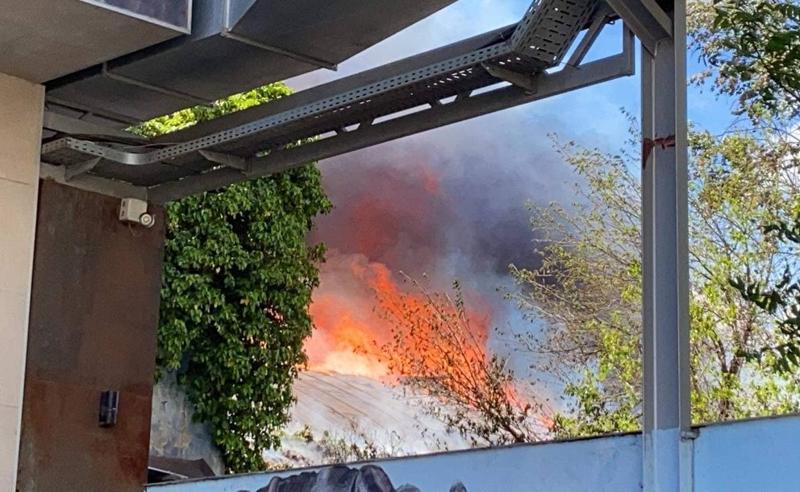 ძლიერი ხანძარი დიდუბეში - ცეცხლი საწყობში გაჩნდა (ფოტოები)