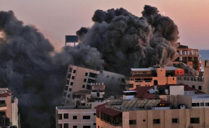 ისრაელის ავიაიერიში - ღაზის სექტორში 13-სართულიანი შენობა ჩამოინგრა