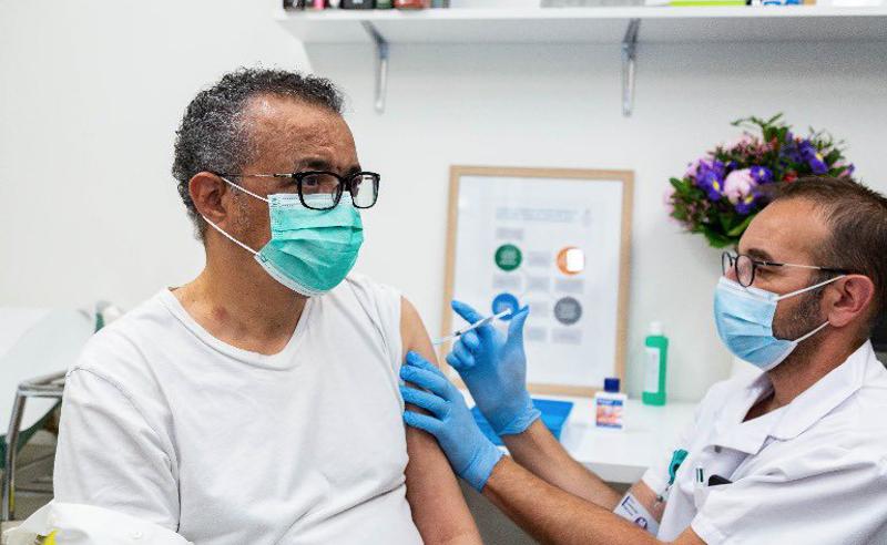 WHO-ს ხელმძღვანელი კორონავირუსის საწინააღმდეგო ვაქცინით აიცრა
