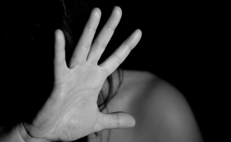 ჩაკეტა ბინაში და ახორციელებდა ფიზიკურ ძალადობას -  პროკურატურამ წამების ფაქტზე დაკავებულს ბრალი წარუდგინა
