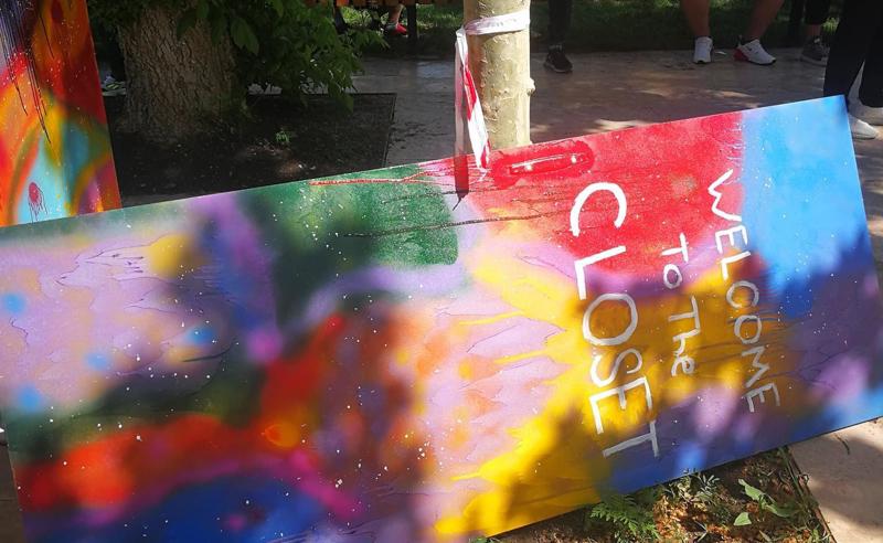 გურამ ფალავანდიშვილმა დედაენის ბაღში ჩვენი ინსტალაცია  დააზიანა -  Tbilisi Pride