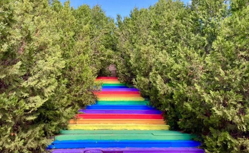 აქტივისტებმა თბილისის ერთ-ერთი კიბე  LGBTQ დროშის ფერებში შეღებეს