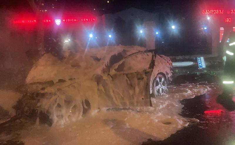 თბილისში ავტომობილს ცეცხლი გაუჩნდა - არიან დაშავებულები