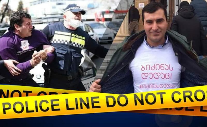 პოლიციელის კბენაში ბრალდებული გიორგი მუმლაძის სასამართლო აქციის ფონზე ჩაივლის