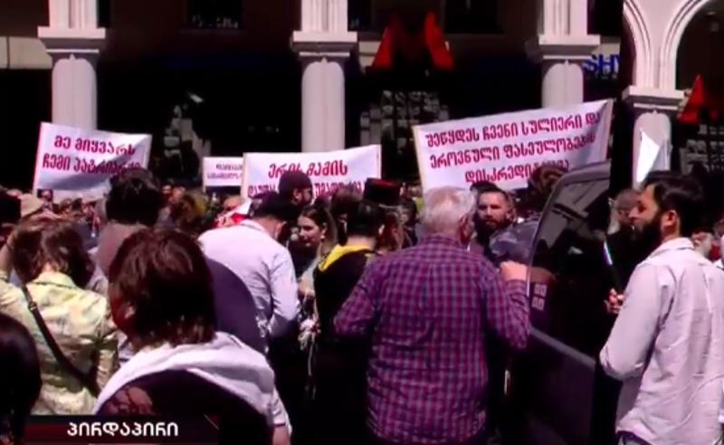 მეუფე სპირიდონის მხარდამჭერები ნინო ლომჯარიას წინააღმდეგ აქციას მართავენ