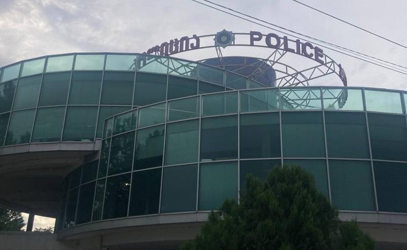 შანტაჟი პირადი ცხოვრების კადრებით - პოლიციამ სკოლის ყოფილი დირექტორი დააკავა