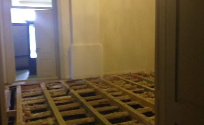 """გაბზარული კედლები და ჩამტვრეული იატაკი - რა ხდება """"ქართუს"""" მიერ რეაბილიტირებულ ნიკოსეული სასახლეში (ფოტოები)"""