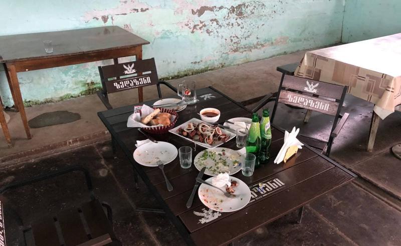 დაკითხვის ნაცვლად  რესტორანი -  ტვ პირველის ჟურნალისტზე თავდამსხმელებმა რესტორანში იქეიფეს