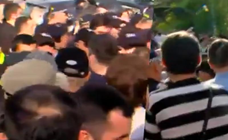 პრაიდის მოწინააღმდეგეები პოლიციას დაუპირისპირდნენ - არიან დაკავებულები