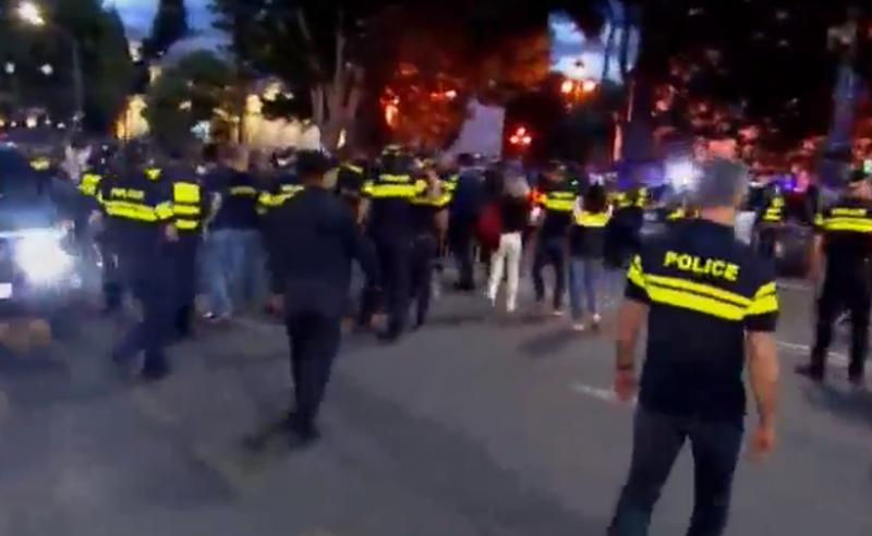 რუსთაველზე ვითარება დაიძაბა - პოლიციამ რადიკალები დააკავა