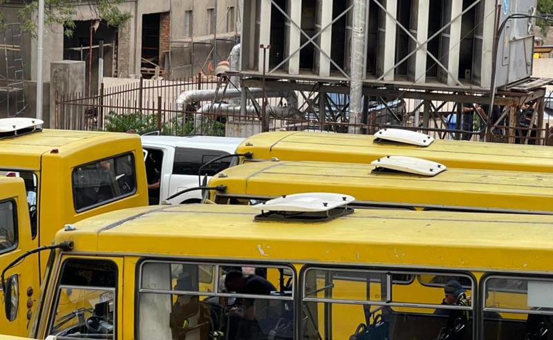 სუსის ეზოში ყვითელ ავტობუსებში სპეცრაზმია მობილიზებული