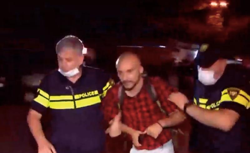 """""""ქართული ოცნების"""" ოფისთან ვითარება დაძაბულია - პოლიცია აქტივისტებს აკავებს"""