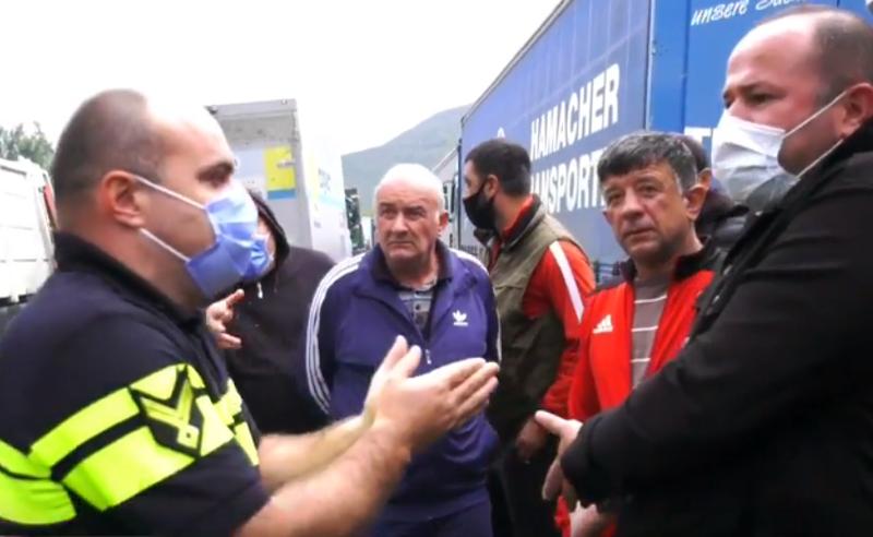 ინციდენტი თბილისი-გუდაურის გზაზე -  მძღოლები პოლიციას დაუპირისპირდნენ
