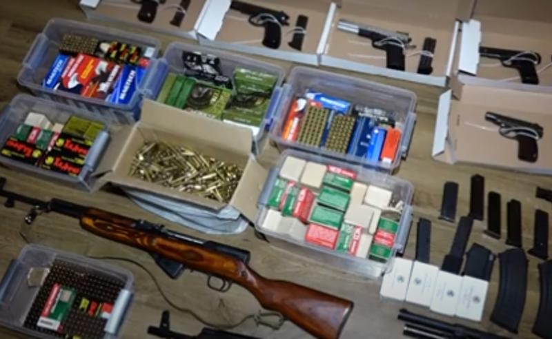 პოლიციამ თბილისში უკანონო ცეცხლსასროლი იარაღები და საბრძოლო მასალა ამოიღო - დაკავებულია 5 პირი